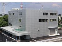 本社敷地内に完成を見た「研究開発棟」。6月から移動が始まった
