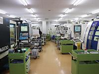 アヤボの現場には、多岐にわたる工具研削盤が活躍する