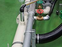 繋がれた配管で研削液が循環する