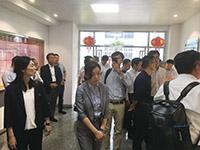 入り口のショールームで、工場の概要説明に聴き入るワルタークラブ参加者