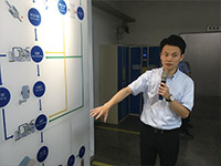 超硬丸棒素材の製造の流れを説明する張副社長