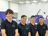 左から日本人スタッフの前田さん、ベトナム人技術スタッフのHIEU(ヒィウ)、DUY(ズイ)、Tuan(トゥアン)の各氏